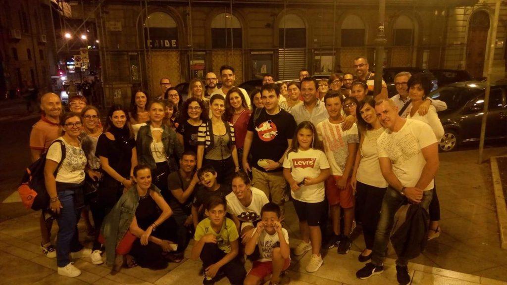 gruppo di ragazzi in posa per una foto al termine di un'escursione Cagliari Dei Misteri
