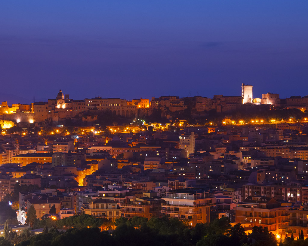 veduta panoramica della citta di notte su un cielo scuro Cagliari Dei Misteri