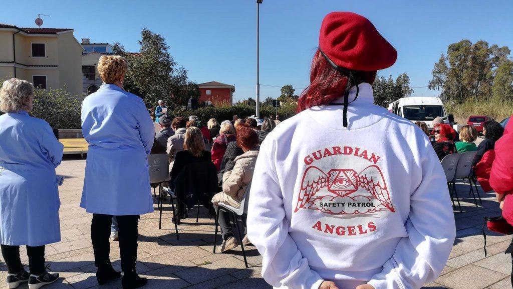 Una ragazza di dpalle indoss auna felpa bianca con la scritta guardian Angels Olbia Miracolo Di Natale