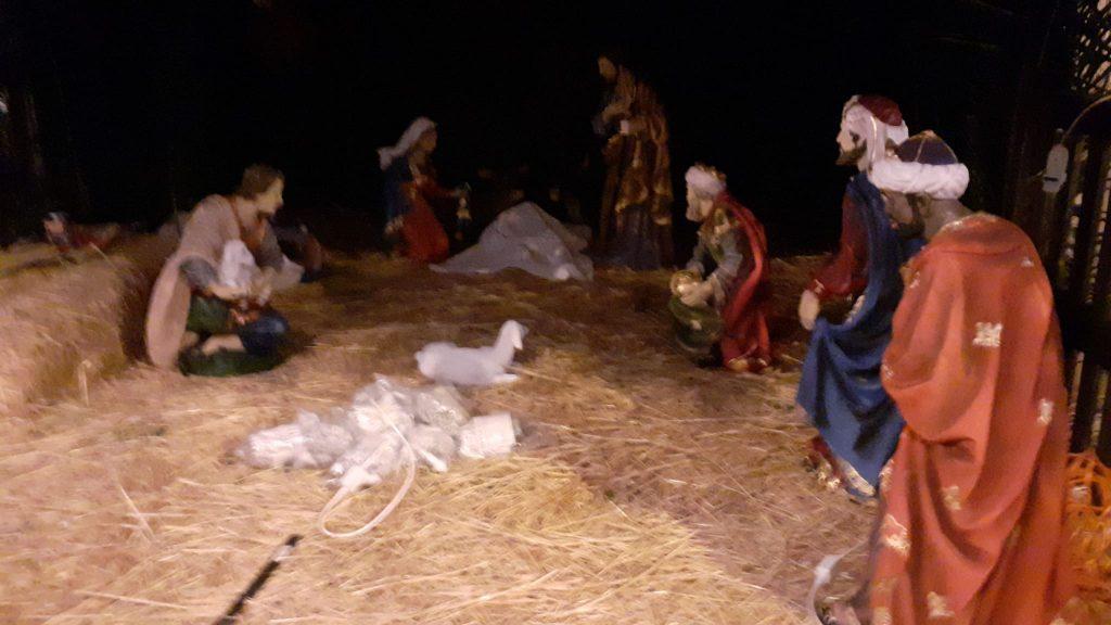 Natale Nel Rione Marina, dettaglio del presepe con le statue in primo piano adagiate sulla paglia