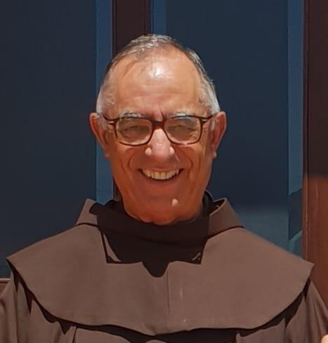 Primo piano di un frate su sfondo blu Padre Salvatore Morittu