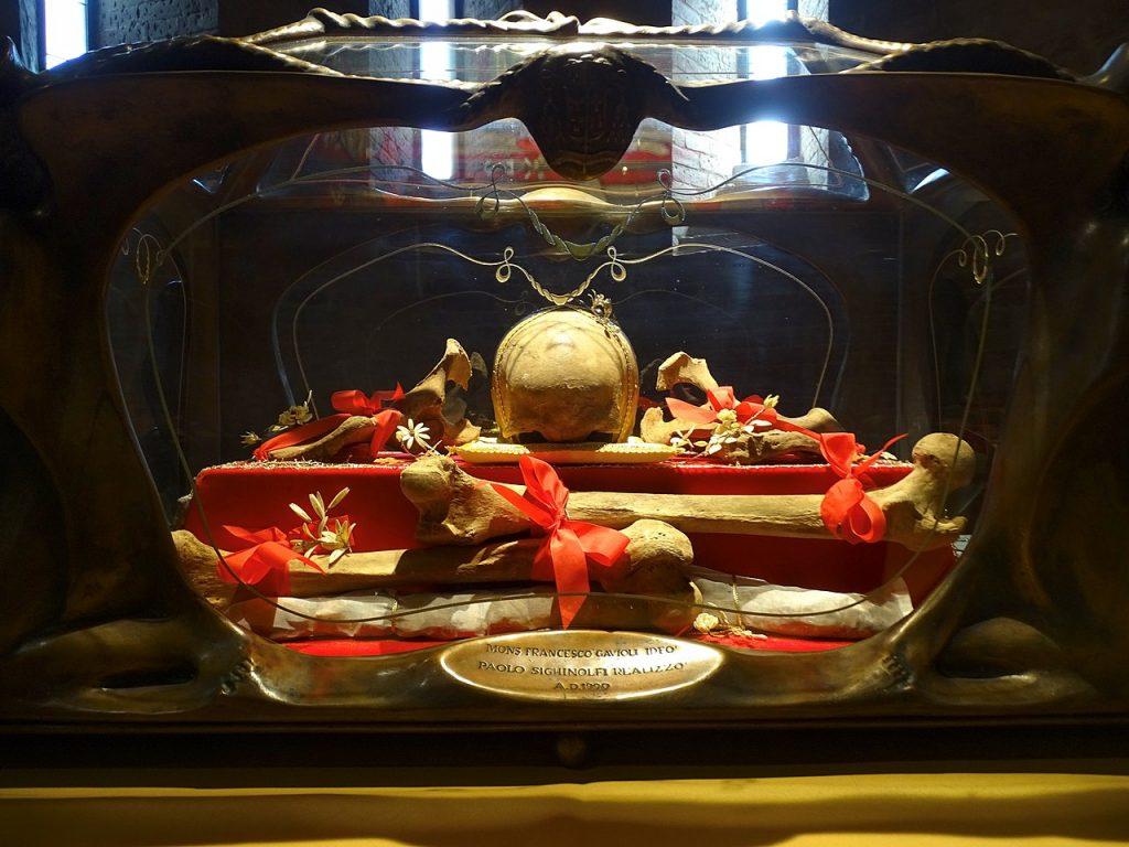 teschio e ossa di un essere umano in una teca addobbata da fiocchi rossi San Silvestro Reliquie