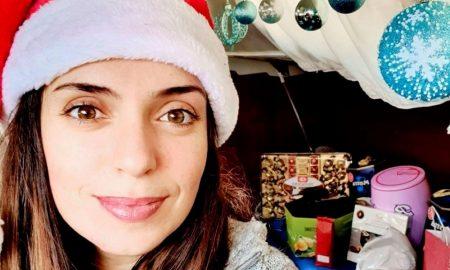 Marta Magnano, primo piano di ragazza con cappello rosso di natale e sullo sfondo addobbi e palline