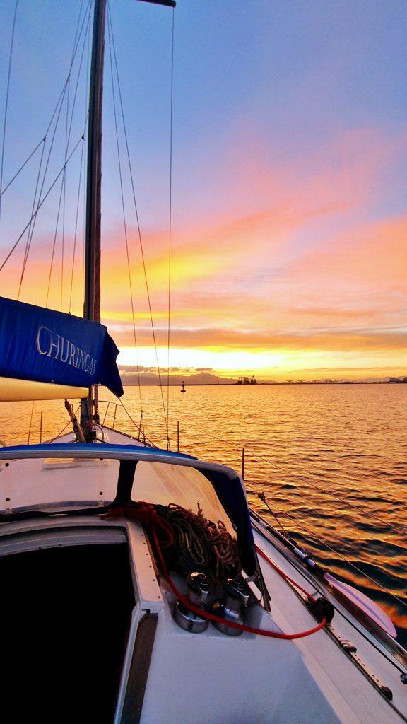 Marta Magnano un dettaglio di una barca in mare e sullo sfondo il sole che tramonta