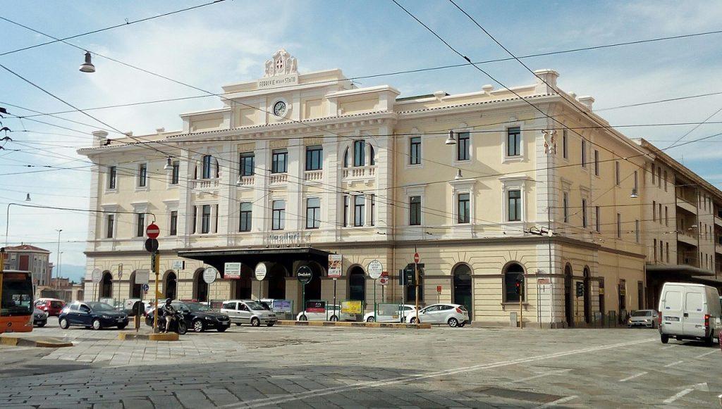 Stazione di Cagliari la facciata moderna con auto parcheggiate davanti alla piazza