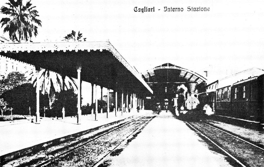 Foto D'epoca che raffigura l'ingresso dei treni e la banchina Stazione Cagliari