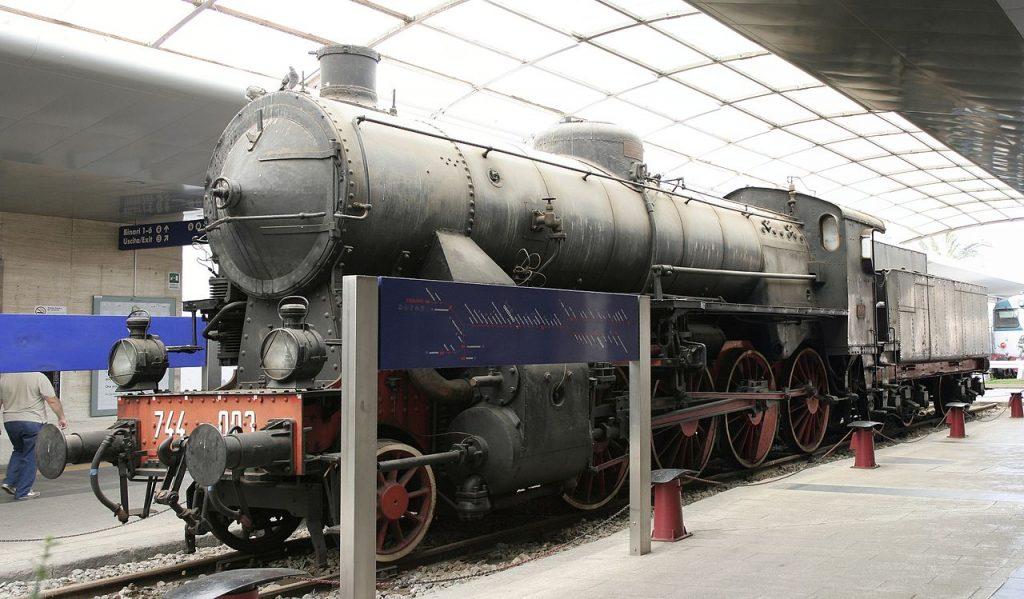 Locomotiva d'epoca nera dentro Stazione Di Cagliari