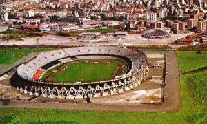 visione panoramica dall'alto dello Stadio Sant'Elia circondato dal verde e sullo sfondo la citta