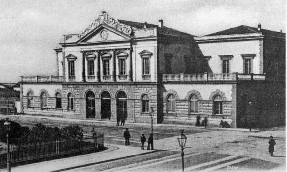 Stazione Cagliari 1906 fotobianco e nera con la facciata. il timpano e le terrazze