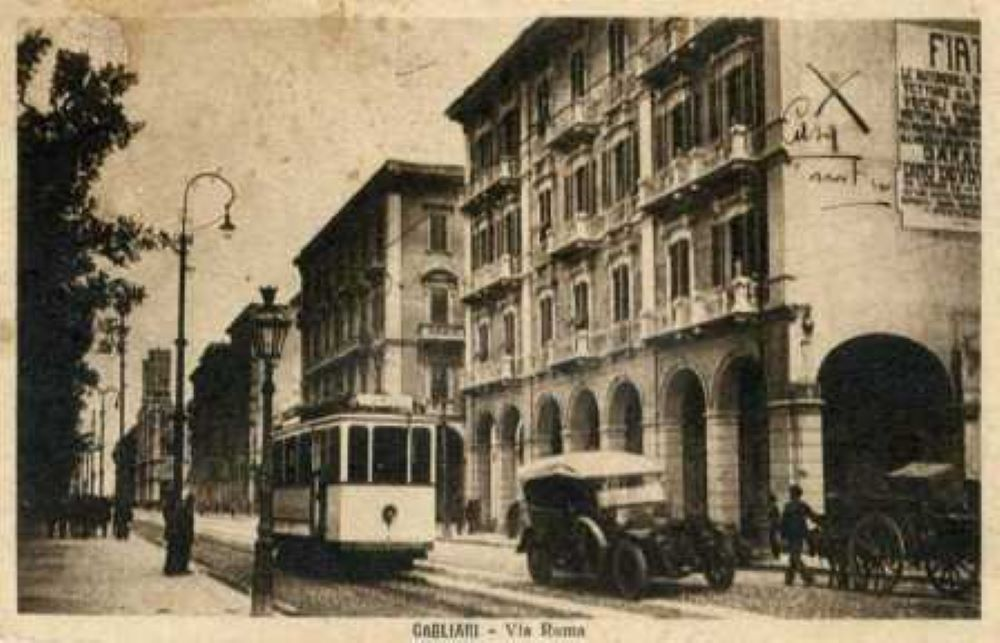 foto in bianco e nero con il tram che cammina sulla centrale via roma Cagliari