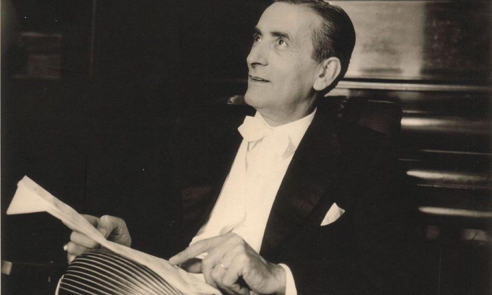 foto in bianco e nero che ritrae il famoso musicista Giuseppe Anedda che tiene in mano il suo strumento