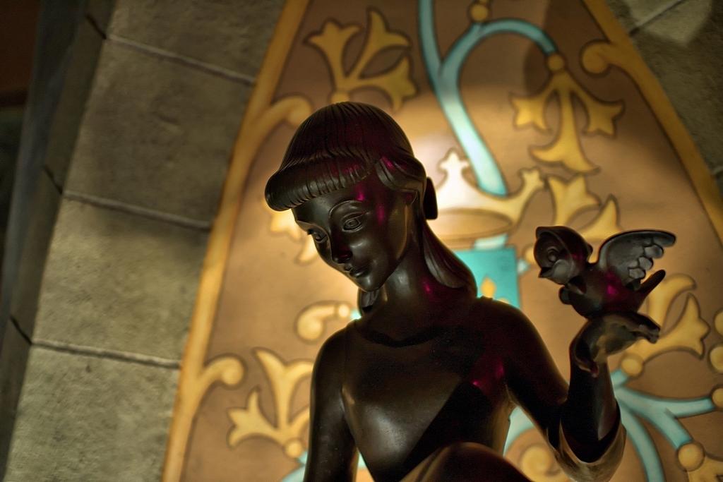 statua che raffigura una giovane donna cenerentola con un cellino in manoMaria Chinisu