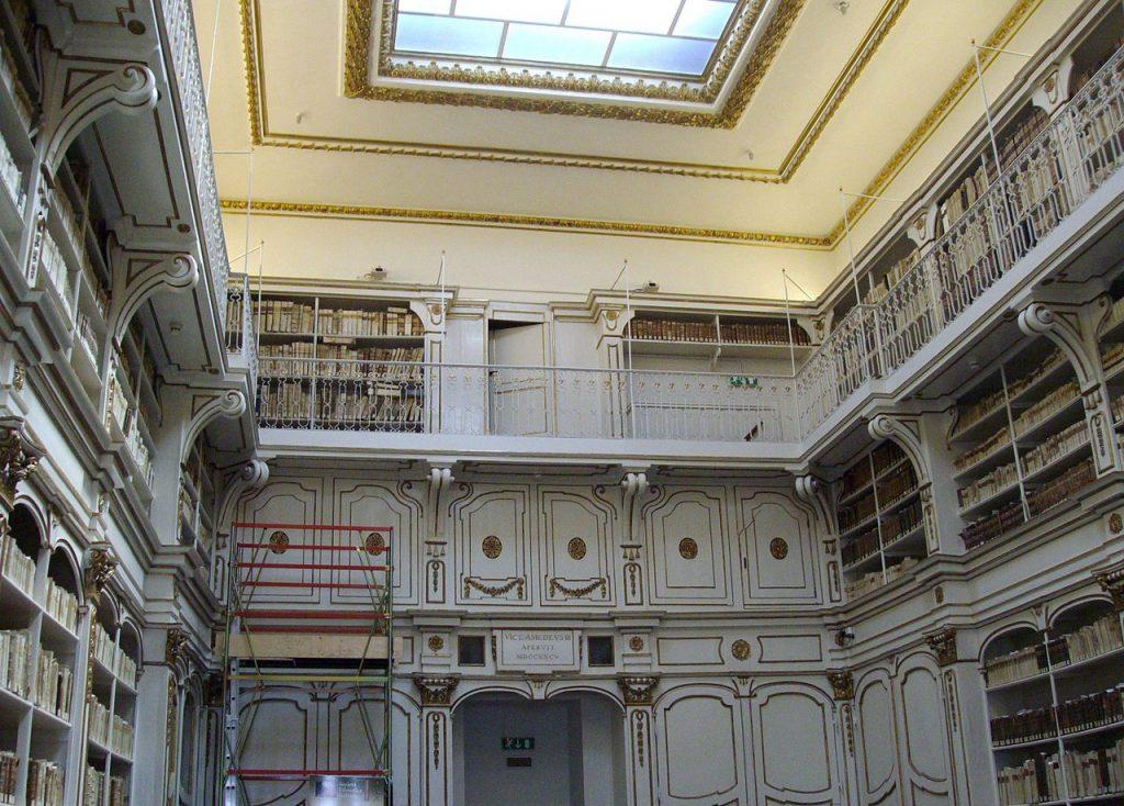 dettaglio di una sala storica con scaffali avorio e libri della Biblioteca Universitaria Cagliari