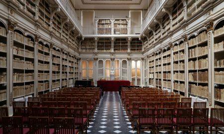 panoramica della sala con scaffali e sedie al centro della Biblioteca Universitaria