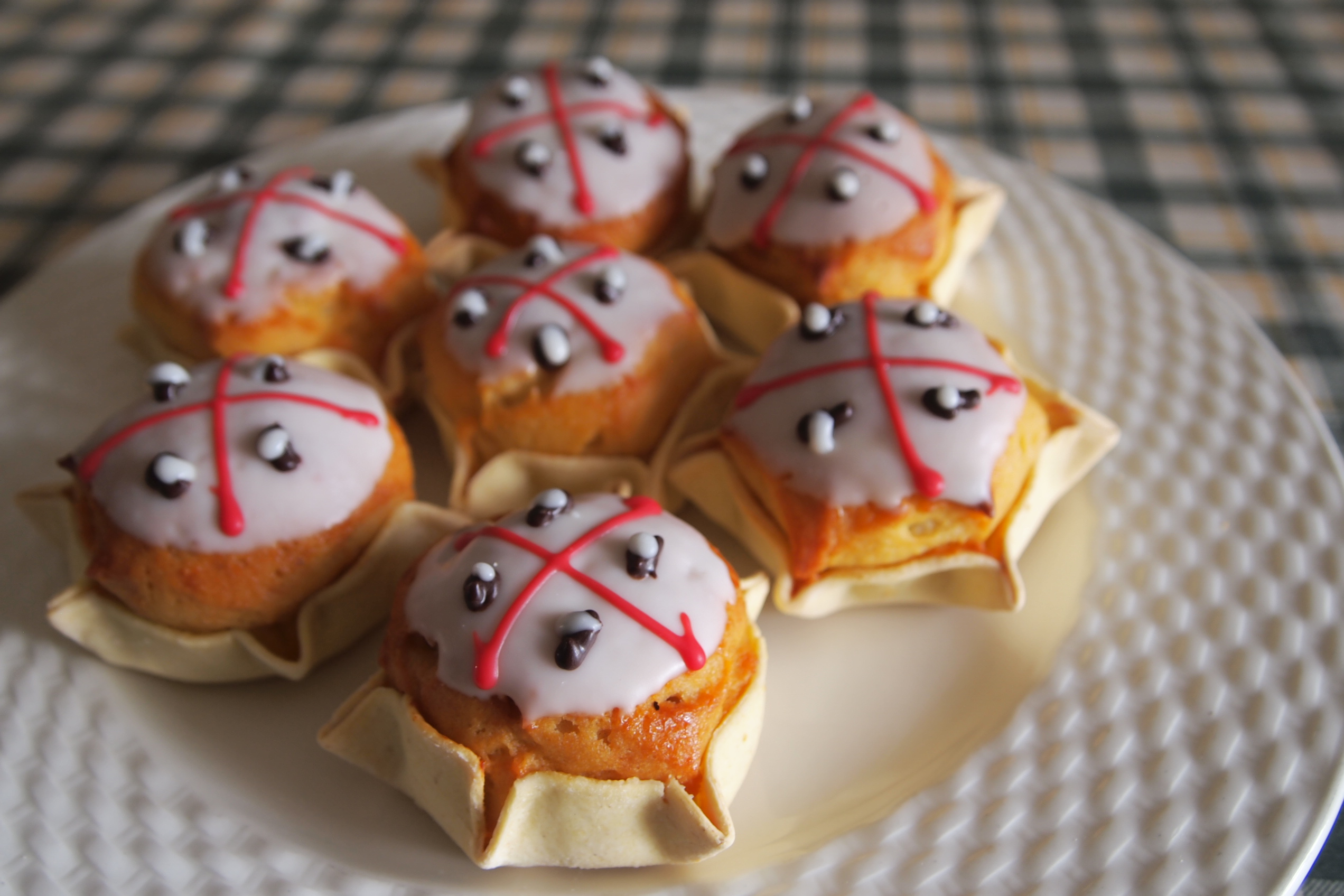 pattio bianco su cui sono appoggiati dei dolci ricoperti da una cappa bianca le pardulas