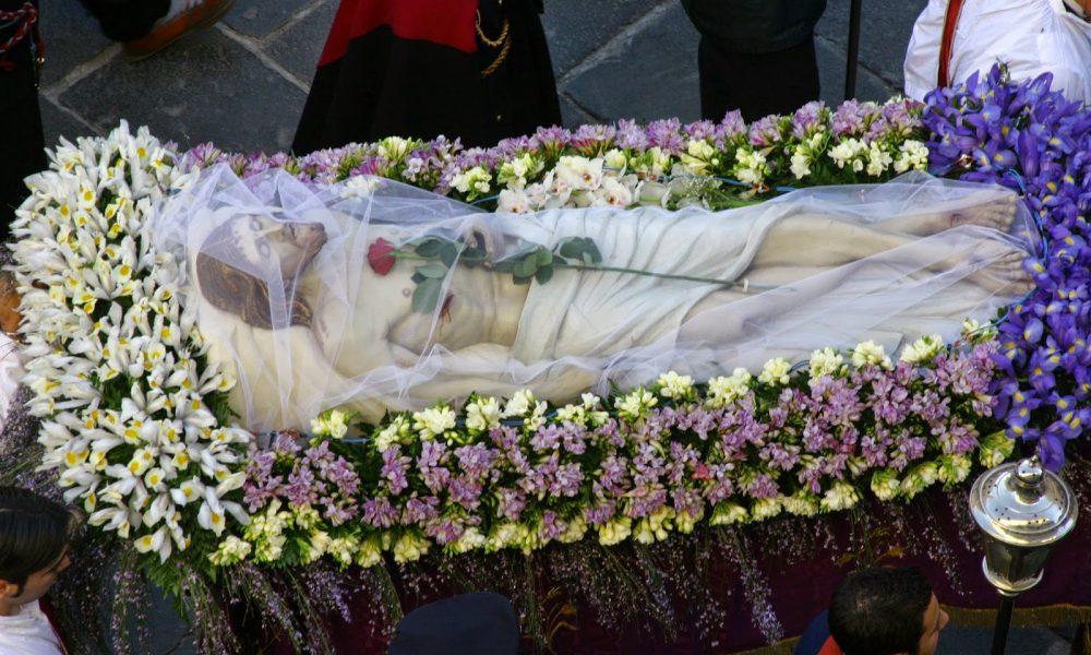 TProcessione del Cristo Morto a Campobasso - statua del cristo in una teca piena di fiori