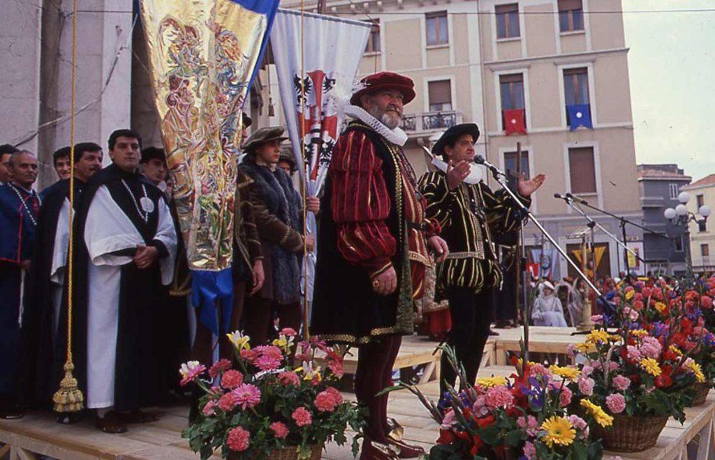 Trinitari e Crociati - rievocazione in piazza prefettura