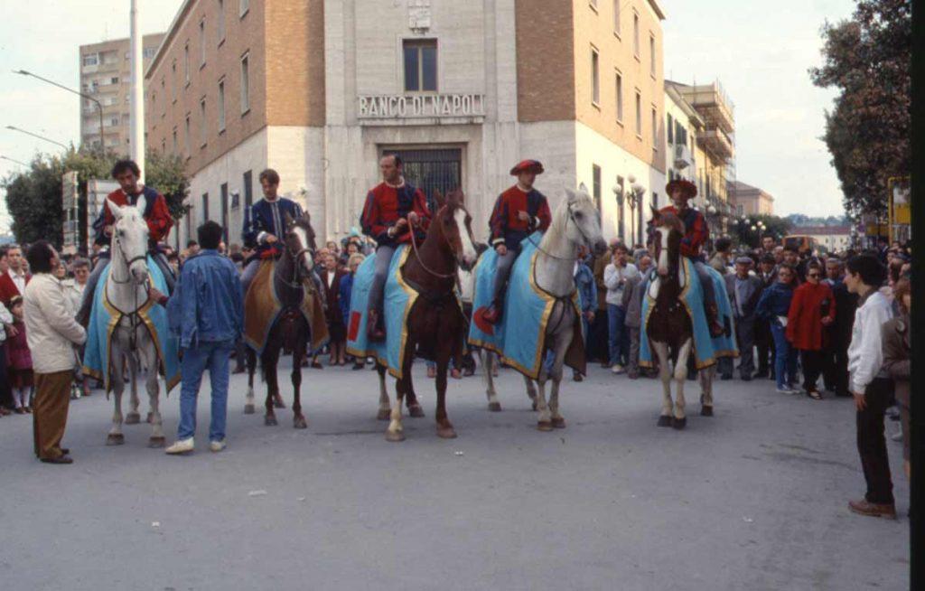 Trinitari e Crociati - entrata a cavallo in piazza prefettura