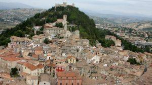 Cropped Panoramica Della Collina Monforte.jpg