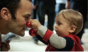 Bambino Con Pallina Di Natale