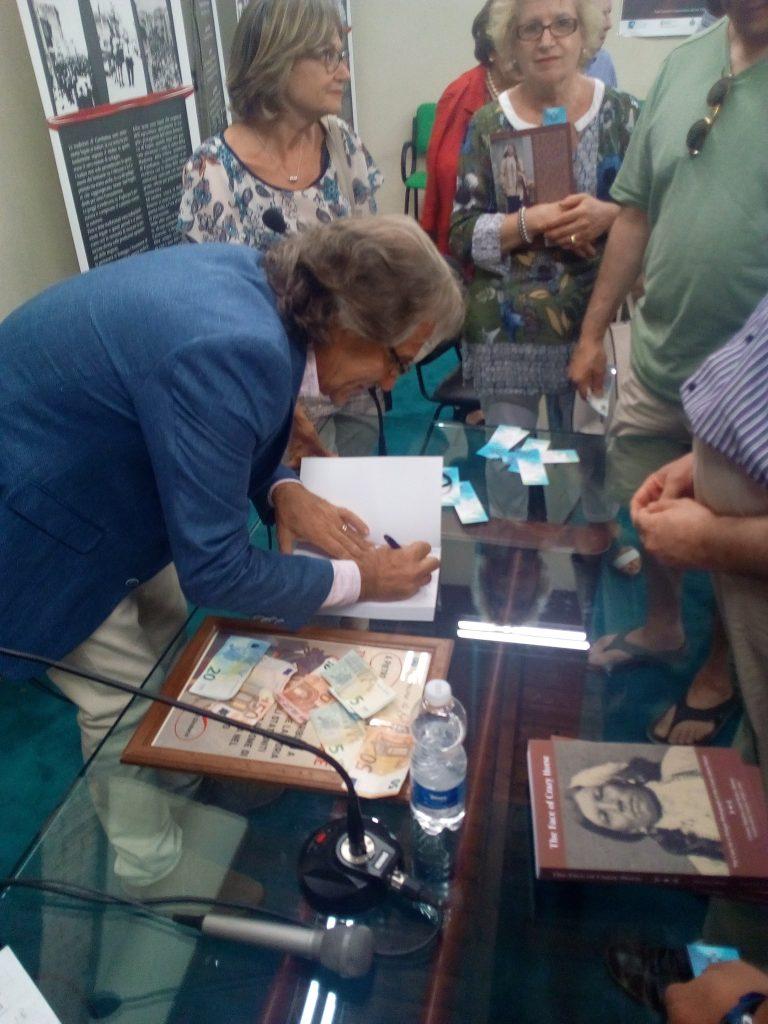 Cavallo Pazzo -3 Pietro Che Autografa Il Libro