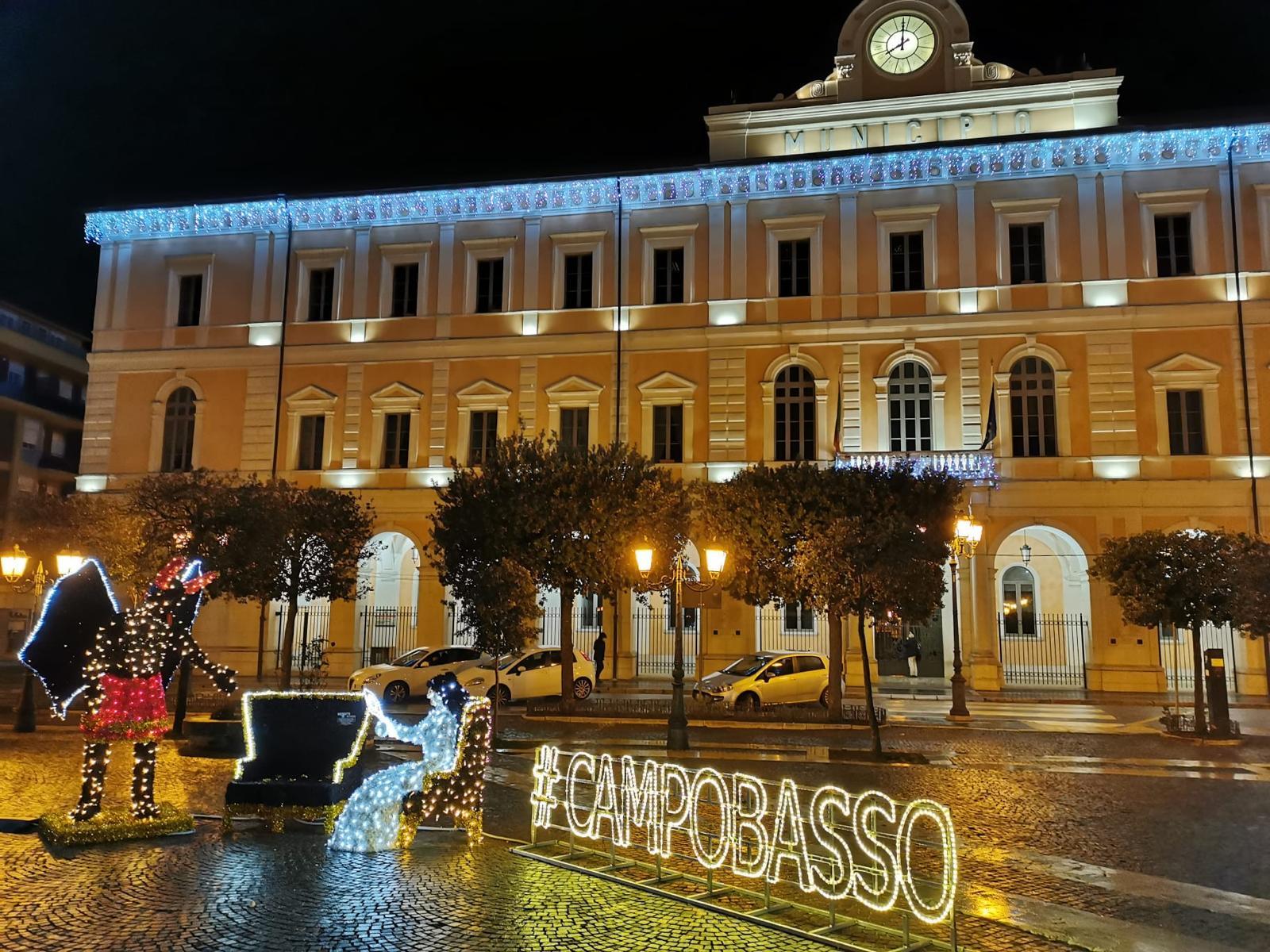 La piazza di Campobasso di notte con gli addobbi natalizi