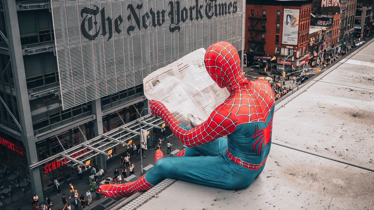 Spiderman che legge un giornale