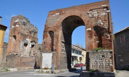Arco Di Adriano - l'arco visto dalla strada