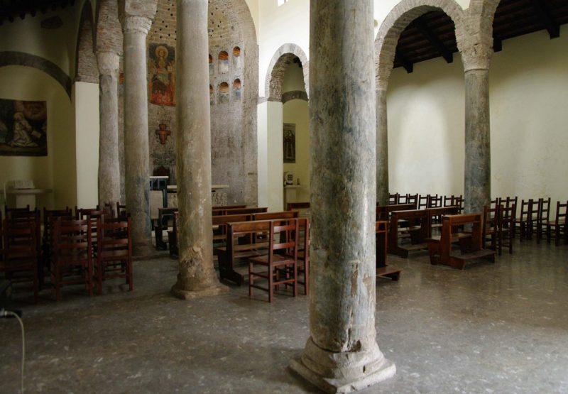 Chiesa dei Ss. Rufo e Carponio - colonne all'interno