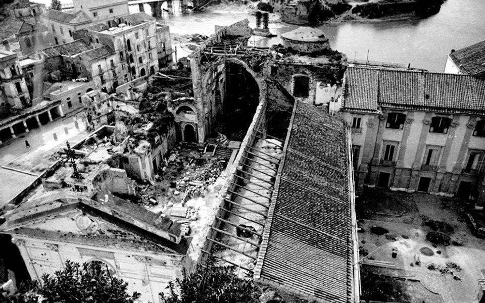 Carlo Santagata agì in una Capua devastata dalle bombe, come mostra la foto del Duomo.