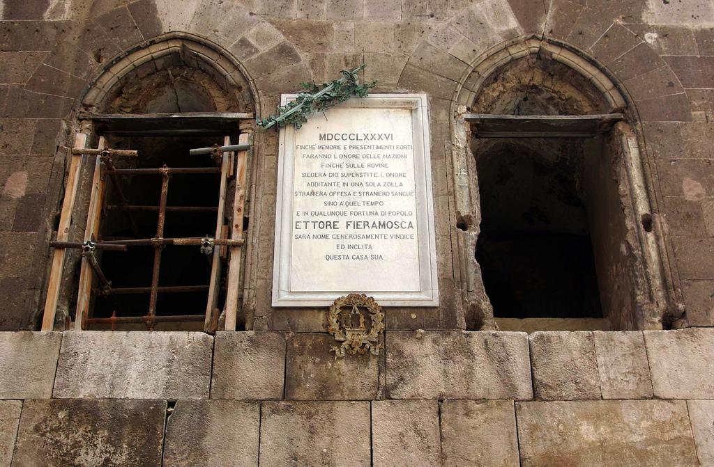 fantasma del palazzo Fieramosca di Capua - iscrizione dedicata ad ettore fieramosca