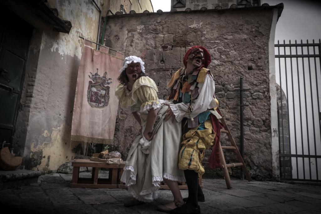 """Una scena della rappresentazione della """"Lucilla costante"""" ambientata nella città di Capua dove comparve per la prima volta il personaggio di Pulcinella."""