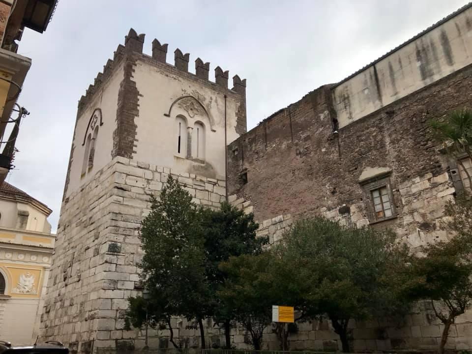 I Castelli di Capua - Veduta della massiccia torre del castello normanno su via Andreozzi.