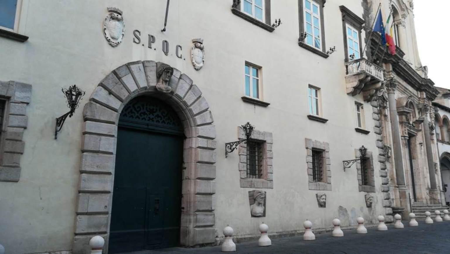 Lo stemma della città di Capua sul palazzo comunale.