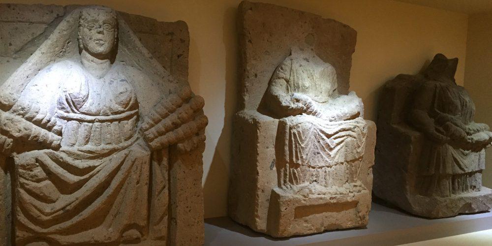 Le matres matutae del Museo Campano personificano le antiche matrone romane, simbolo di fertiità.