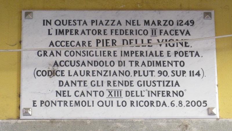 Pier delle Vigne ricordato in una targa a Pontremoli (MS).