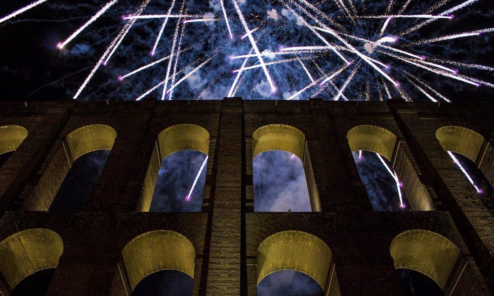 Acquedotto carolino di notte con i fuochi d'artificio