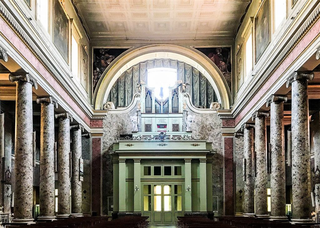 L'interno del Duomo di Caserta
