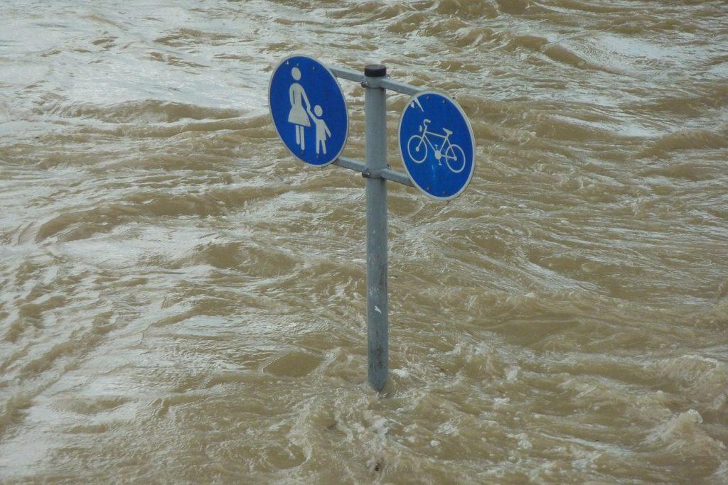 Segnali stradali sommersi dall'acqua