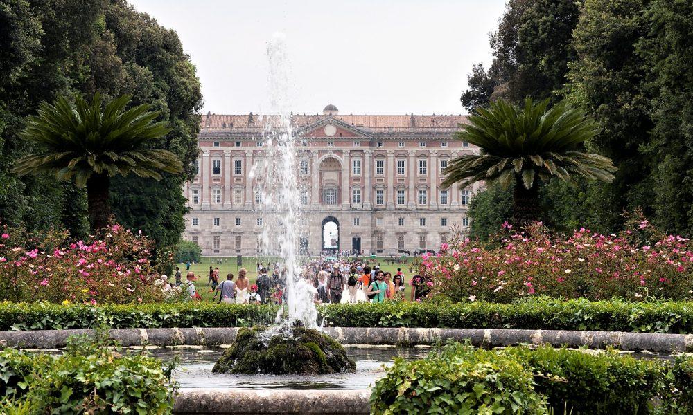 i turisti alla Reggia di Caserta
