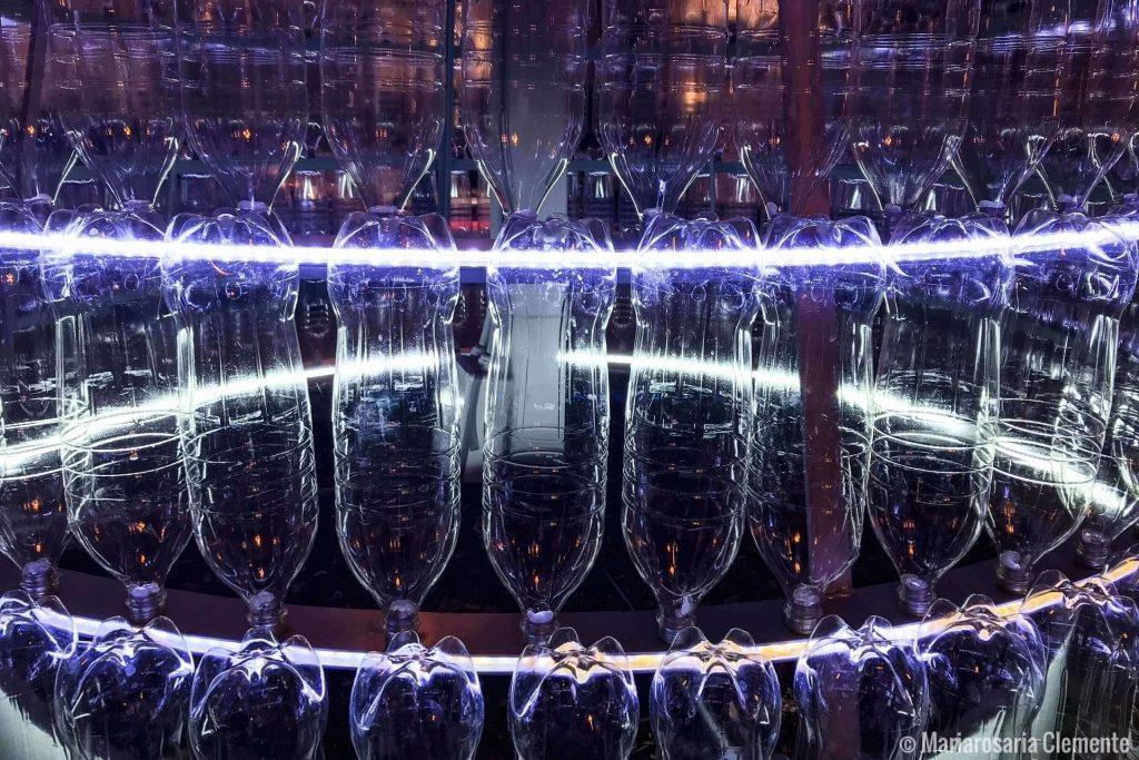 Le bottiglie che compongono l' albero di Natale ecologico di Caserta
