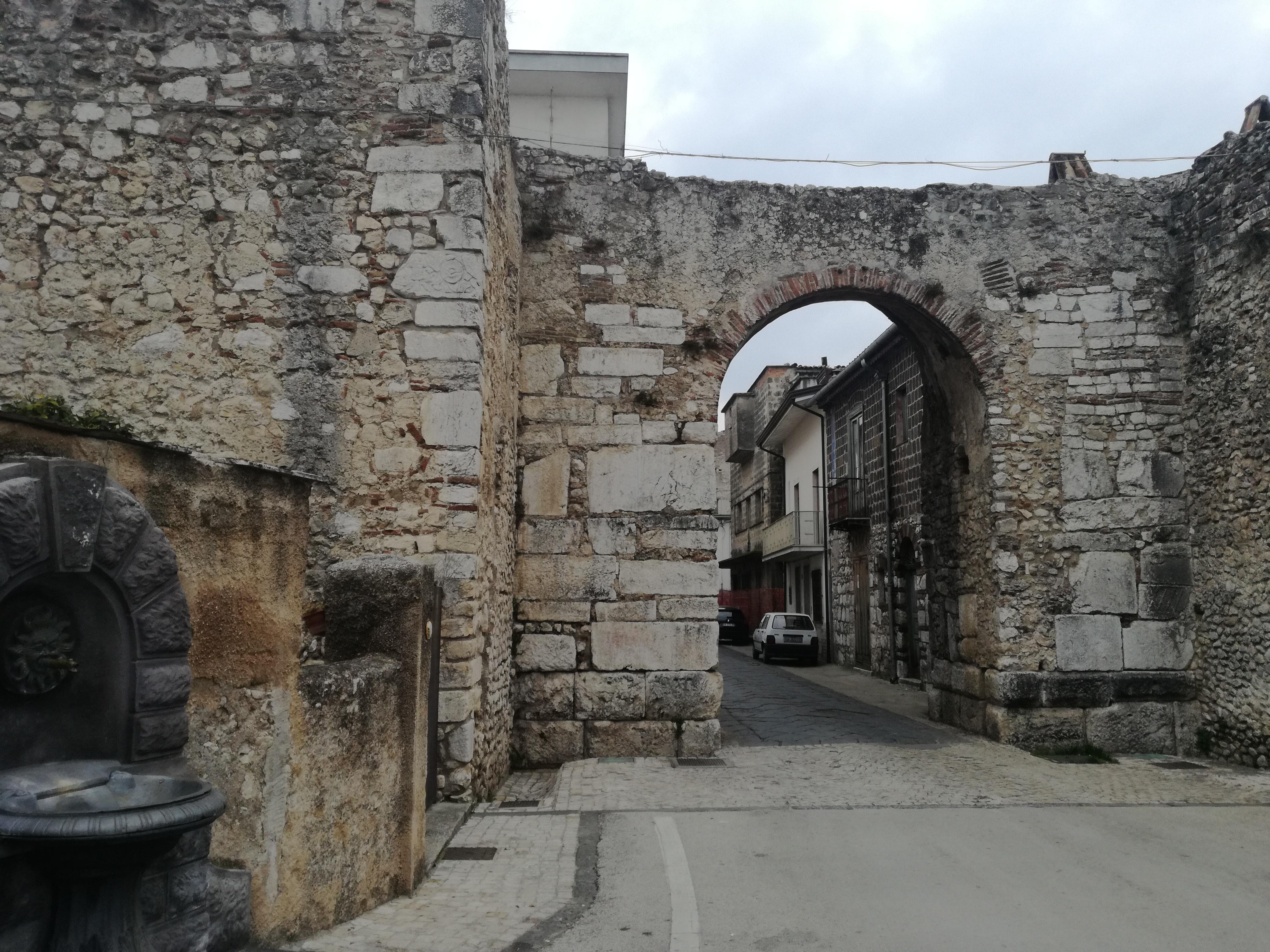 La porta che si apre sul lato sud della cinta romana