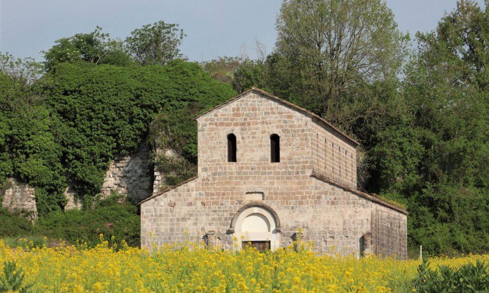 La facciata della basilica tra i fiori