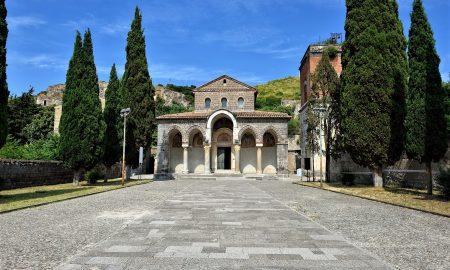 L'abbazia dall'esterno - Foto di Luca Cerabona