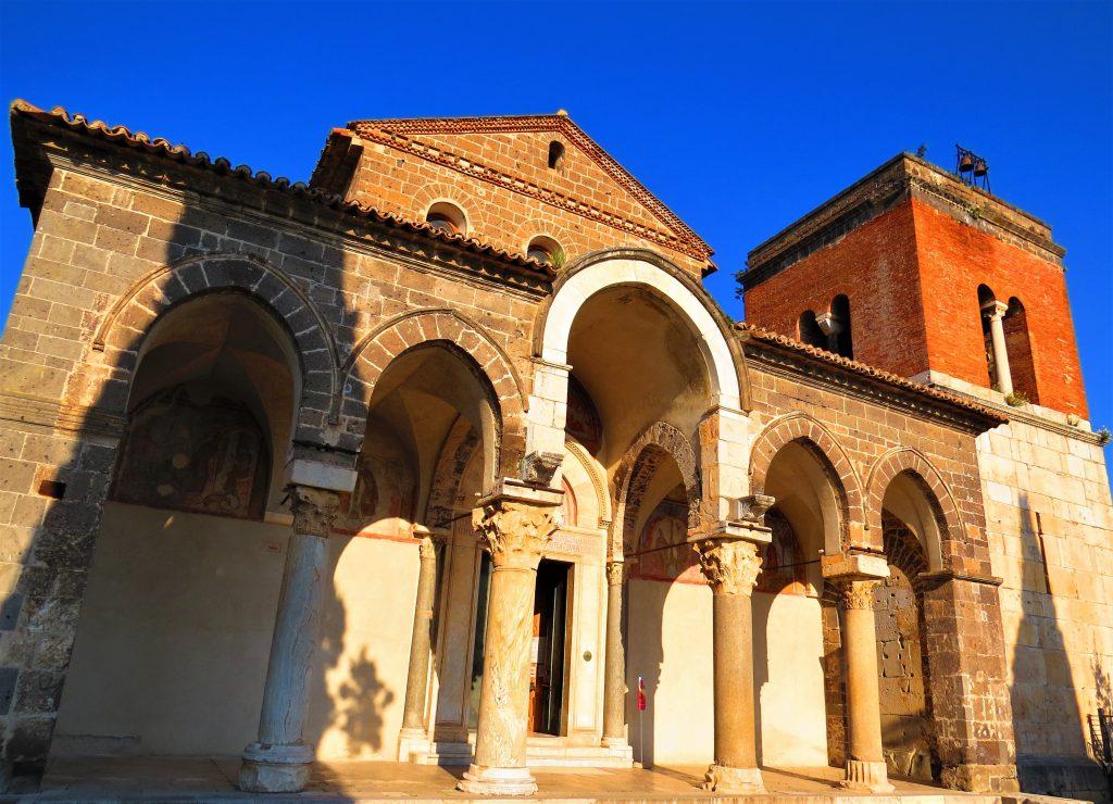 La facciata dell'abbazia con il campanile