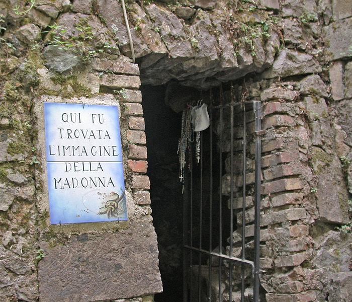 la grotta del Santuario dei Lattani