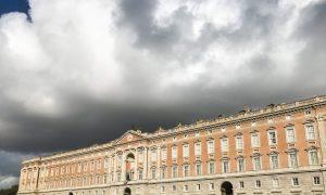 Il palazzo reale sotto le nuvole