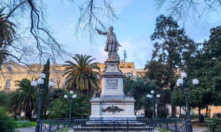 la statua dedicata all'architetto Vanvitelli