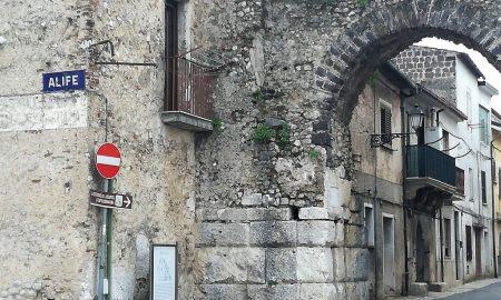 Ingresso lato ovest delle mura romane di Alife