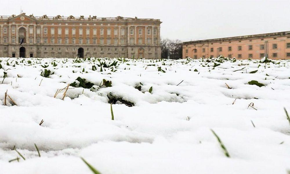 la reggia di caserta coperta di neve